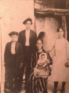 Η φωτογραφία αυτή ανήκει στην οικογένεια της Ευαγγελίας Παπαδοπούλου από το Κιοσελέζ που εγκαταστάθηκαν το 1914 στη Θεσσαλονίκη. Την ευχαριστούμε. Τη μνήμη κανείς δεν μπορεί να την εξαλείψει.