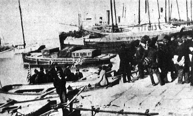 Στο λιμάνι της Πάτρας έτοιμοι για επιβίβαση... 1907