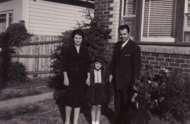 Η Χριστίνα η κόρη μας Αγγελική (Κική) κι εγώ μπροστά στο σπίτι μας
