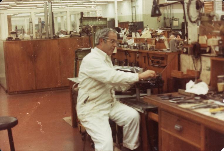 1982. Εδώ είμαι στα εργαστήρια ηλεκτρονικών, υδραυλικών και αεροτεχνικών εξαρτημάτων με ειδίκευση στις επισκευές των συστημάτων συνεχούς μετάδοσης κίνησης σε γεννήτριες των αεροσκαφών  DC9,  Boeing, Fokker  F28  κλπ