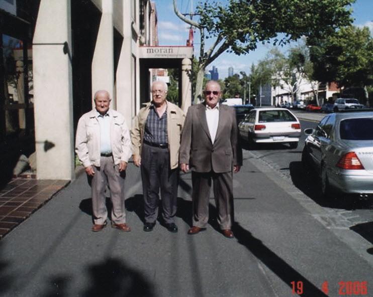 Οι ίδιοι φίλοι στην ίδια σειρά με την πιο πάνω φωτογραφία 51 χρόνια αργότερα... - 2006