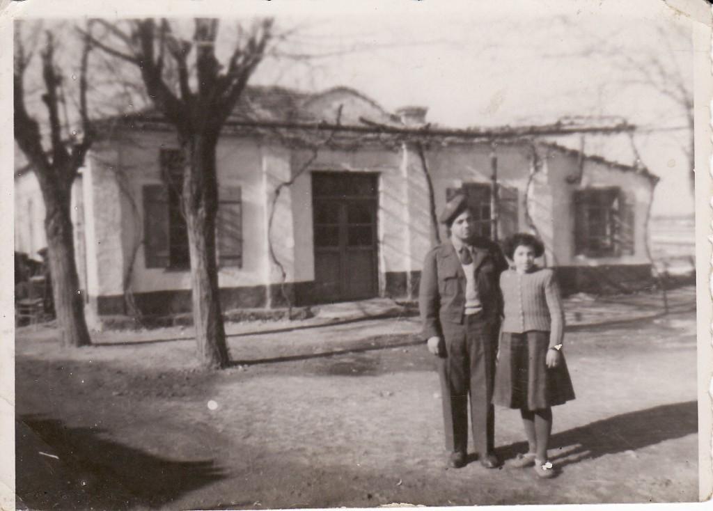Δεκέμβριος 1950. Φωτογραφία του καφενείου της ανατολικής πλευράς με την αδελφή μου Βασιλική.  Με άδεια,  κατά τη διάρκεια που υπηρετούσα στο Τεχνικό Σώμα Στρατού.