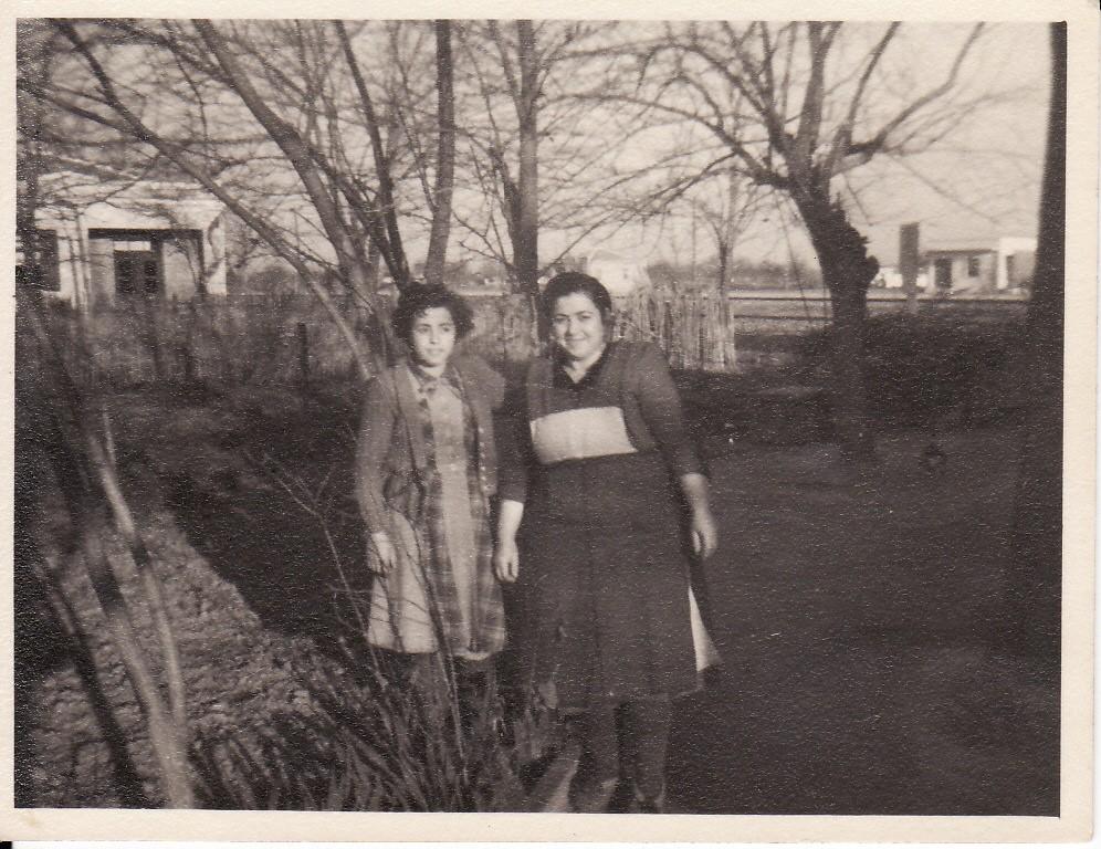 Η αδελφή μου Βασιλική με τη μητέρα μου μπροστά στην αυλή του σπιτιού (1950)