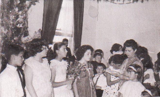 1963 Στο μικρό δωμάτιο του ξύλινου σπιτιού η κ. Κολοκοτρώνη διδάσκει τραγούδια στα παιδιά του απογευματινού σχολείου