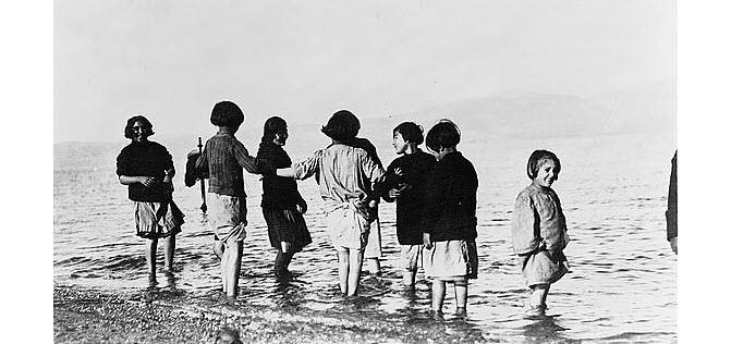 Συμφιλίωση με τη θάλασσα από παιδιά προσφύγων που ποτέ στον παρελθόν δεν την είχαν ξαναδεί. (1915)