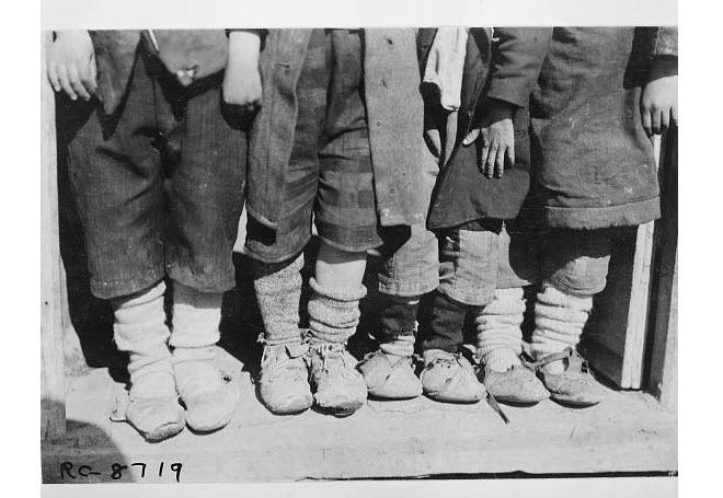 Προσφυγόπουλα και δείγματα των υποδημάτων (1921)