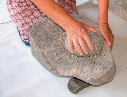 Αποφλοίωση φάβας με αρχαίες μυλόπετρες