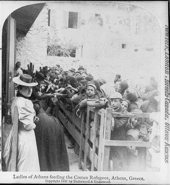 Κρήτες πρόσφυγες το 1897, στην αναζήτηση τροφής από Αθηναίες κυρίες... (Πηγή: Library of Congress)