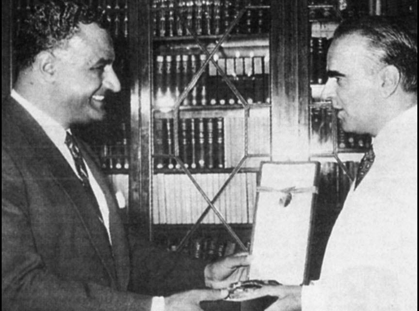 Κάιρο, 17-21 Αυγούστου 1957. Από την επίσημη επίσκεψη του Κων. Καραμανλή στην Αίγυπτο, έπειτα από πρόσκληση του προέδρου Νάσερ. Στη φωτογραφία, ο Αιγύπτιος πρόεδρος απονέμει στον Ελληνα πρωθυπουργό κορυφαία τιμητική διάκριση (Φωτογραφικό Αρχείο Ιδρύματος Κωνσταντίνος Γ. Καραμανλής).