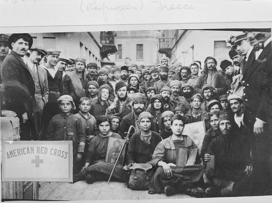 Περισσότεροι πρόσφυγες που κατέτρεξαν στα βουνά της Μ. Ασίας να διασωθούν. Μόνον τα ρούχα που φορούσαν και μερικά εικονίσματα έφεραν μαζί τους, πριν τους βοηθήσει ο Αμερικανικός Ερυθρός Σταυρός (φωτο Library of Congress 3c3963v)