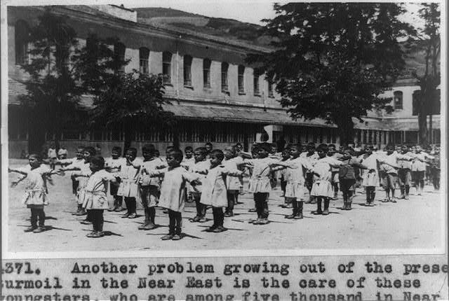 Ορφανά από τη Μ. Ασία στο Μαραθώνα το 1915. Μια ομάδα από τις πέντε χιλιάδες που μαρτυρεί μέχρι τότε η λεζάντα. (φωτο Library of Congress)